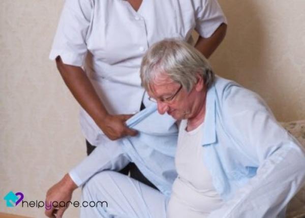 Ayudar a vestirse a una persona mayor con parálisis cerebral